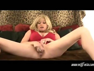 breasty blonde d like to fuck mia masturbates and